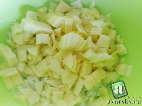 Даргинское чуду с картошкой и мясом. нарезанная картошка