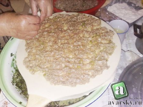 выкладываем мясную начинку на тесто