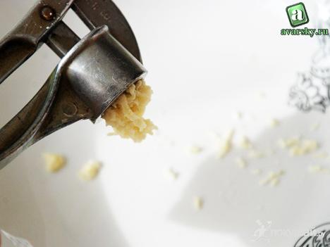 давим чеснок для сметанного соуса